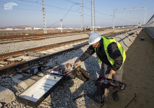 На Крымском мосту настраивают железнодорожную автоматику