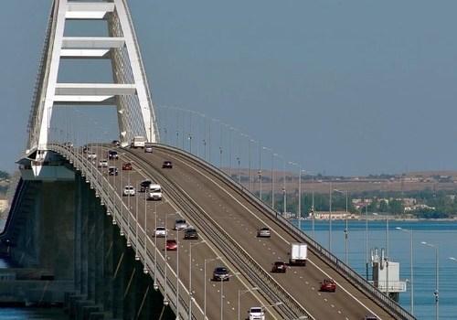 Тысячи машин в обе стороны: Через Крымский мост хлынул транспортный поток
