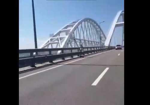 Пешеход на самокате пересек Крымский мост ВИДЕО