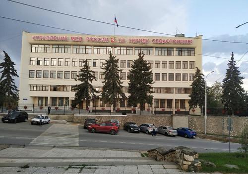 На площади Восставших в Севастополе началась вырубка деревьев ФОТО