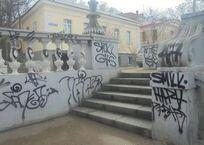 Вандалы, разрисовавшие Таврическую лестницу, задержаны в Севастополе ВИДЕО, фото — «Рекламы Севастополя»