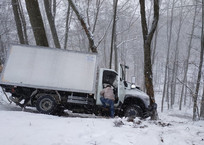 Под Ай-Петри грузовик улетел с заснеженной дороги ФОТО, фото — «Рекламы Бахчисарая»