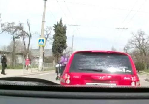 На переходе в Севастополе сбит курьер на электросамокате ВИДЕО (18+)