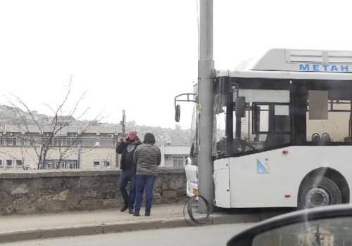 В Севастополе автобус врезался в столб линии электропередач