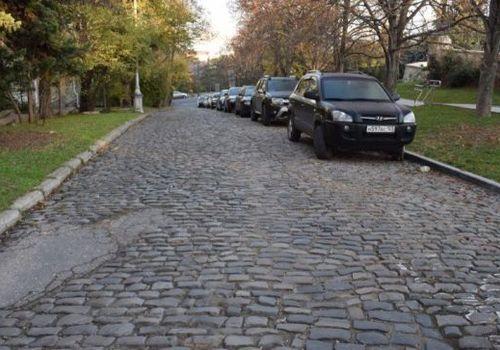 Старинные люки и брусчатку сохранят при ремонте улицы в Севастополе ФОТО
