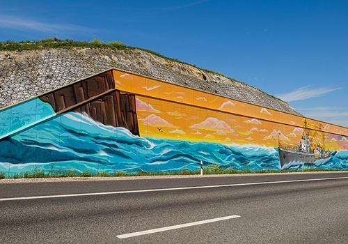 Стрит-арт с 45 оттенками Черного моря украсил подпорную стену на трассе «Таврида» в Севастополе
