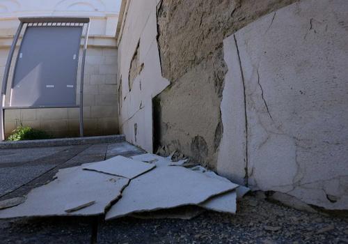 Штукатурку на подпорной стене у кинотеатра «Победа» восстановят по гарантии