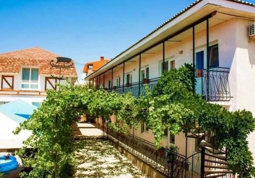 В хостел со строителями за 300 или в джакузи за 100 000: какое жилье предлагают туристам в Севастополе