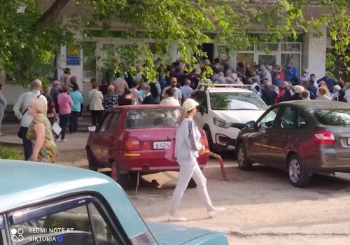 В поликлинику Феодосии горожане идут как на войну -  соцсети ФОТО