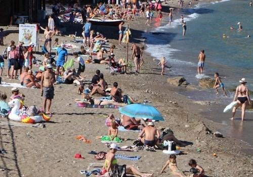 Волосы в блюде и хамство: Чем недовольны туристы после майского отдыха в Крыму