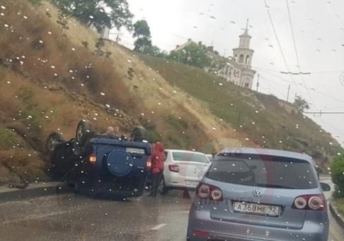 Автомобиль перевернулся на Троллейбусном спуске в Севастополе