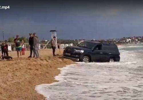 Море наказало внедорожник за «покатушки» по севастопольскому пляжу ВИДЕО, ФОТО