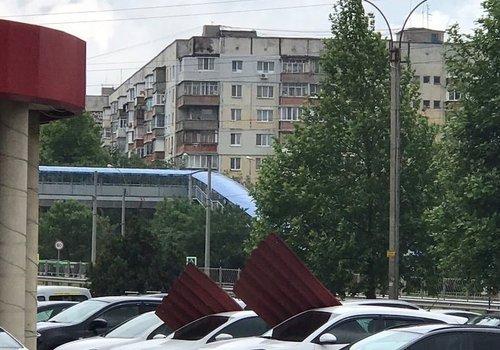 На парковке Симферополя на автомобили рухнула часть навеса, - ФОТОФАКТ