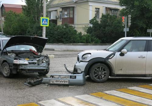 В Феодосии на злополучном перекрестке лоб в лоб столкнулись две легковушки ФОТО