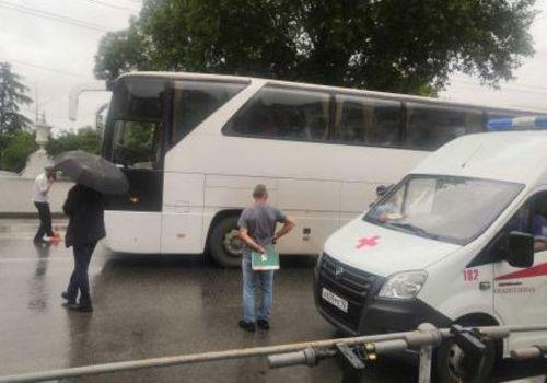В Севастополе экскурсионный автобус сбил девушку на пешеходном переходе