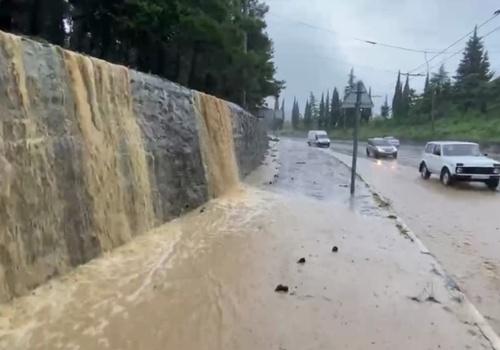 Селевые потоки сходят на дорогу в Гурзуфе