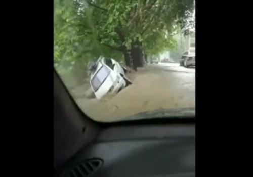 Мощный поток воды смывает автомобили в Ялте ВИДЕО