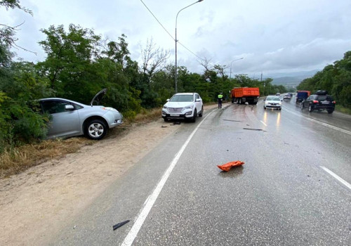 В Севастополе КамАЗ врезался в другой КамАЗ и ещё в две машины