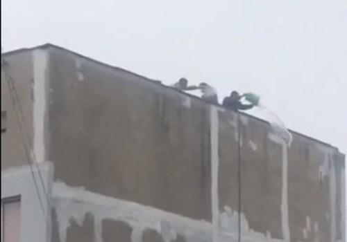 В Ялте жители многоэтажки начали помогать себе сами и вычёрпывают воду, накопившуюся на крыше ВИДЕО