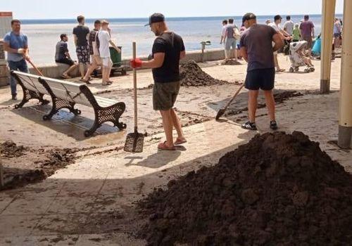 Как крымчане пережили потоп: убирают, возят воду, помогают друг другу ФОТО