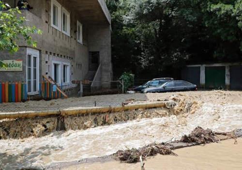 Потоки воды смыли построенные на русле реки самострои в ялтинском Кореизе ВИДЕО