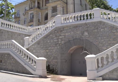 У лестницы на Луначарского в Севастополе не могут остановить течь: никто не знает, откуда поступает вода