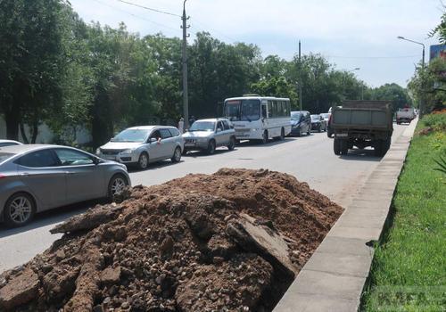 Провал на Симферопольском шоссе в Феодосии: огромная пробка в обе стороны ФОТО