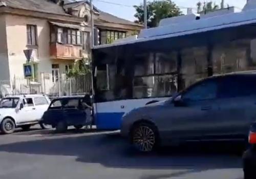 Троллейбус и легковушка столкнулись на опасном перекрестке в Симферополе ВИДЕО