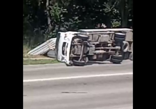 В Симферополе перевернулся грузовик со стеклопакетами, - ФОТО, ВИДЕО