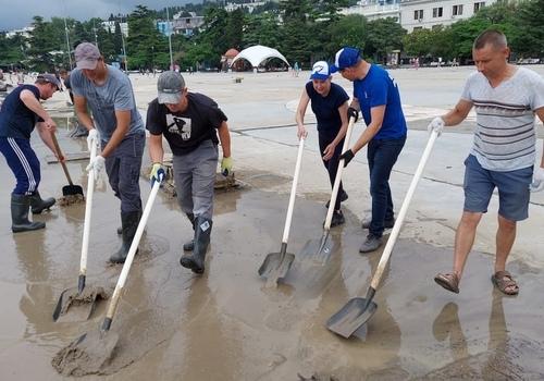Добровольцы из Судака помогают очистить Ялту от мусора и грязи ФОТО