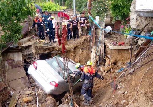 В Крыму спасатели выкапывают похороненные наводнением авто - фото