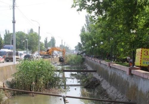 Десять экскаваторов одновременно чистят реку Мелек-Чесме в Керчи ВИДЕО