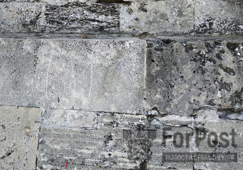 Герб Украины выцарапали напротив памятника Затопленным кораблям в Севастополе
