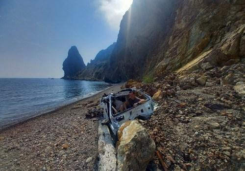 Упавший с обрыва Mercedes уже год валяется на пляже у Фиолента в Севастополе