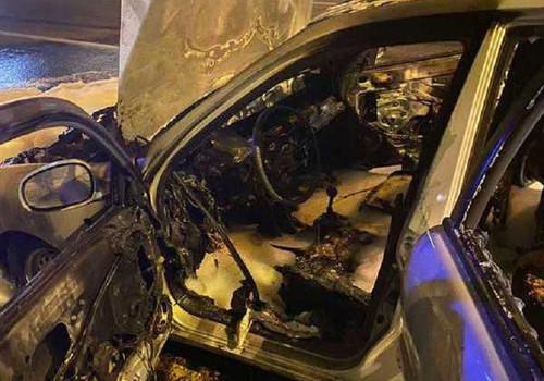 В разных частях Севастополя почти одновременно загорелись два автомобиля