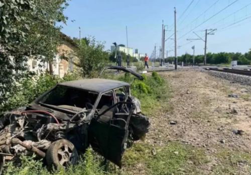 Поезд, следующий в Севастополь, раздавил на переезде легковую машину ВИДЕО