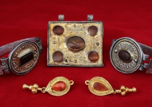 Ученые обнаружили редчайшую коллекцию золотых и серебряных украшений III века в Крыму