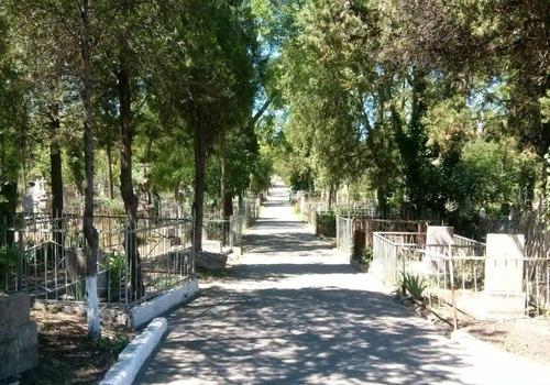 Живут бездомные: прокуратура требует навести порядок на кладбище в Севастополе