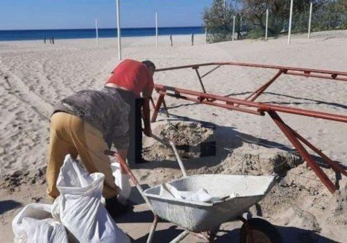 В Крыму местные жители в мешках выносят с пляжа песок для своего строительства ФОТО