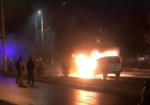 Ночью в Симферополе на дороге загорелся автомобиль ВИДЕО