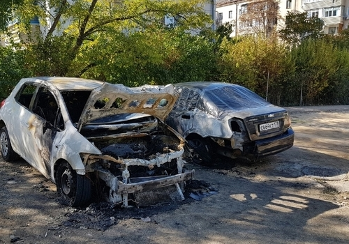 Три машины сгорели ночью во дворе на улице Меньшикова в Севастополе