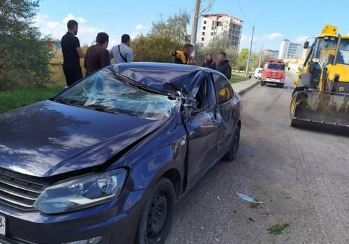 Экскаватор раздавил крышу автомобиля в Севастополе, есть пострадавший